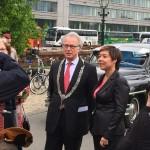 Kim Waanders heet de burgemeester van harte welkom.